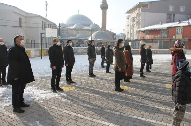 Malazgirt'te bayrak töreni İstiklal Marşı'nı öğretmenler okulda, öğrenciler evlerinde okudu