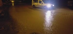 Meteoroloji turuncu kodla uyarmıştı, bir anda bastıran sağanak yolları göle çevirdi
