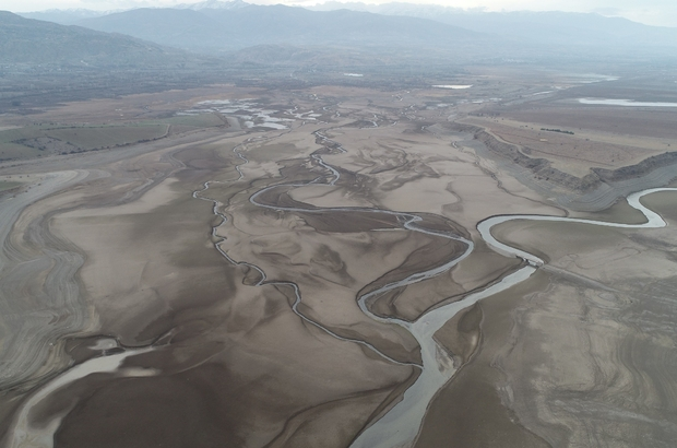 Ürküten görüntü, barajdan geriye nehir yatağı kaldı Sivas'ın Suşehri ilçesinde bulunan Kılıçkaya barajı yaşanan kuraklığı gözler önüne serdi. Drone ile havadan görüntülenen barajdan geriye sadece barajı oluşturan nehir yatağının kaldığı görüldü