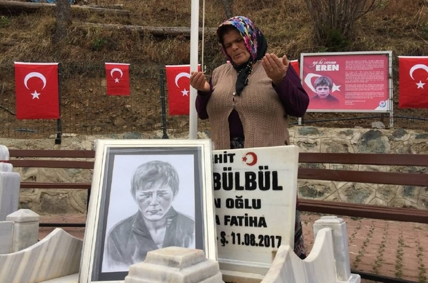 """Eren Operasyonlarına katılan Mehmetçiklere Eren Bülbül'ün annesinden dua Eren Bülbül'ün annesi Ayşe Bülbül: """"Allahım onların ayağını taşa değdirmesin, burunlarını bile kanatmasın"""" """"Sadece Eren'in değil tüm şehitlerimizin kanını yerde bırakmasınlar"""""""