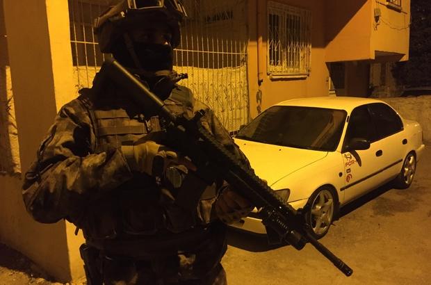"""Komiserli, polisli organize suç örgütüne dev operasyon Adana polisi aralarında 1 komiser ve 11 polisinde de bulunduğu """"organize suç örgütüne"""" yönelik 550 polisle şafak vakti operasyon yaptı 55 gözaltı kararının bulunduğu operasyonda örgütün, adam öldürmek, yaralamak, yağma yapmak, silah ve uyuşturucu ticareti yapmak suçunu işledikleri belirlendi"""