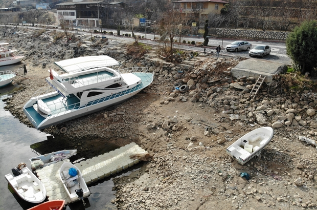 Diyarbakır'da kuraklığın en net görüntüsü ortaya çıktı Yağış azlığı nedeni ile 15 metre çekilen baraj suları üstünde bulunan tekneler karaya oturdu