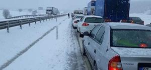 Afyonkarahisar-Antalya karayolu kar yağışı nedeniyle kapandı Damlalı boğazında sürücülere kar engeli