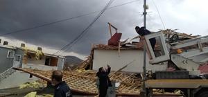 Otlukbeli'de fırtına çatıları uçurdu