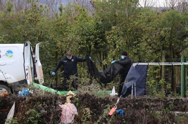 Sakarya'da şok cinayet, öldürdükten sonra parçaları dereye atıldı Parçalanan ceset ayrı ayrı çantalarla dereye atıldı Bölgede bulunan iki ayrı çanta içerisindeki parçaların aynı insana ait olduğu belirlendi Ekipler, cinayetin yaklaşık 1 ay önce işlendiği ihtimali üzerinde duruyor