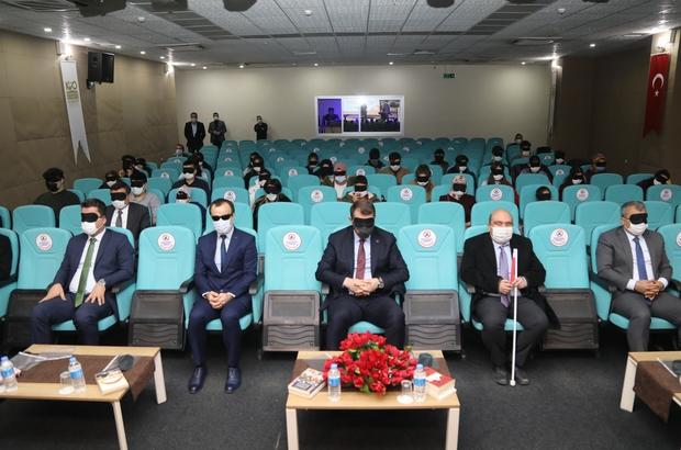 Görme engellileri anlamak için gözlerini kapattılar Sivas'ta Beyaz Baston Görme Engelliler Haftası nedeniyle düzenlenen etkinlikte Vali Ayhan ile katılımcılar görme engellileri anlamak için gözlerini kapatarak program takip ettiler