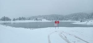 Karagöl Yaylası beyaza büründü Sakarya'da yüksek kesimlerde etkisini gösteren kar yağışı bazı mahalle yollarını ulaşıma kapadı