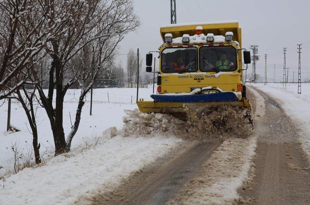 Karla mücadele başladı, çok sayıda personel iş başında Sivas'ta etkili olan kar yağışı sonrası Sivas İl Özel İdaresi Yol Hizmetleri Müdürlüğü, 32 greyder, 24 yükleyici, 6 dozer, 9 kar bıçaklı kamyon ve 26 servis kamyonu olmak üzere toplam 97 araç ve 67 personel ile canla başla kar temizliğini başladı