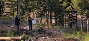Korona mağduru müzisyen, ormanda çalışan mesai arkadaşlarını sazla sözle eğlendirdi