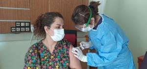 Gürün'de ilk aşı başhekime uygulandı Sivas'ın Gürün ilçesinde aşılama işleminin başlamasıyla ilk aşı Gürün Devlet Hastanesi Başhekimi Uzman Doktor Aysun Şahin'e uygulandı