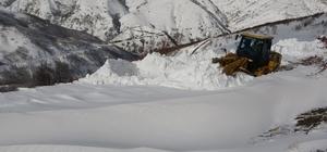 Köy yollarında kar kalınlığı yer yer 2-3 metreye yükseldiMuş'ta köy yolları ulaşıma açılıyor