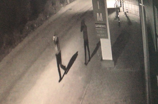 İş yerinden hırsızlık yapanlar önce güvenlik kamerasına, ardından polise yakalandı Rahat tavırları dikkat çeken hırsızlık şüphelisi 3 kişi, çıkarıldıkları mahkemece tutuklandı