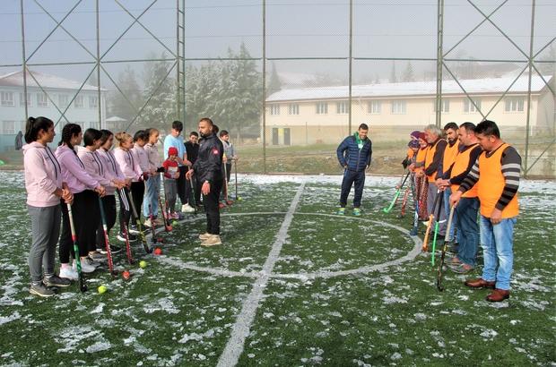 Tarlada çalıştıktan sonra Türkiye birinciliği için karda hokey oynuyorlar Türkiye birinciliği için her türlü hava şartında velileri ile antrenman yapıyorlar
