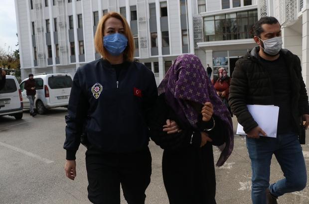 """O gelinin ifadesi ortaya çıktı: """"Ben ciddiydim, evlenecektim"""" Mersin'de aynı anda aynı kızı istemeye giden ve evin önünde kavga ettikten sonra dolandırıldıkları ortaya çıkan 2 aileyi dolandırdıkları iddia edilen gelin ile annesi adliyeye sevk edildi"""