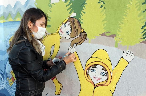 Şengül öğretmen çocuklar için duvarları renklendiriyor Şengül öğretmen caretta carettalar, kum zambakları, çam ağaçları, doğada eğitim alan çocuk resimleriyle gönüllü olarak duvarları renklendiriyor