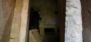 (Özel) 2500 yıllık mezar oda gizemini koruyor Bursa'da keşfedilen mezar odasının orijinal kapı ve kapı demirlerini görenler şaşkınlığını gizleyemiyor
