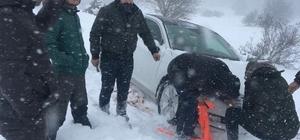 Sakarya'da 3 sağlık çalışanı yayla yolunda mahsur kaldı Yoğun kar yağışı sebebiyle yolda mahsur kalan sağlıkçılar, jandarma tarafından kurtarıldı