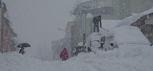 Tunceli'nin Ovacık ilçesi kara gömüldü Kar yağışının 3 gündür etkili olduğu Tunceli'de 143 köy yolu ulaşıma kapanırken, Ovacık ilçesinin bazı bölgelerinde kar kalınlığının yer yer 1,5 metreye yaklaştığı bildirildi