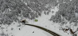 Doğu Karadeniz'de kış Artvin, Rize, Trabzon, Giresun ve Gümüşhane illerinde toplam 478 köy yolu ulaşıma kapandı Kapalı olan köy yollarını ulaşıma açmak için çalışmalar sürerken, bölgenin en önemli geçiş yollarından olan Zigana Geçidi'nde Karayolları ekipleri geceden bu yana trafiğin aksamaması için çalışma yürütüyor