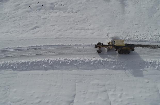 Kapanan köy yolları bir bir açılıyor, çalışmalar havadan görüntülendi Sivas'ta aralıklarla devam eden kar yağışının ardından ekipler kapalı olan köy ve mezra yollarını açmak için çalışmalarını aralıksız sürdürüyor