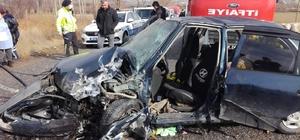İki araç çarpıştı:  5 yaralı Yaralılar sıkıştıkları yerden güçlükle çıkarıldı