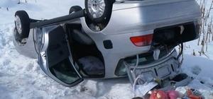 Buzlu yolda kayan araç şarampole yuvarlandı: 2 yaralı