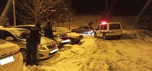 Polis ve Bekçilerden alkışlanacak hareket Don ve buz olayına karşı araçların sileceklerini kaldırdılar