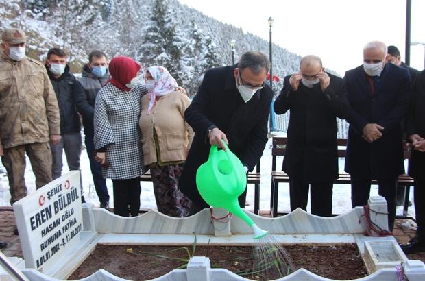 Bakan Kasapoğlu'ndan Eren Bülbül'ün mezarına ziyaret