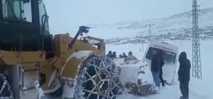 Buzlu yolda şarampole düşen midibüs yol açma dozeri ile kurtarıldı