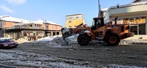 Cumayeri belediyesi gece gündüz kar mesaisinde İlçede kar temizleme ve kaldırma çalışmaları sürüyor