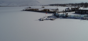 Sivas'ta Sibirya soğukları, Ulaş gölü dondu Sibirya soğuklarının yaşandığı Sivas'ta Ulaş gölünün yüzeyi tamamen buzla kaplandı