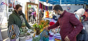 Kadın üreticiler Yoğurt Pazarında buluştu El işinin yanı sıra yöresel tatların da sergilendiği stantlarda Mersinliler daha sağlıklı ve ekonomik ürünlere ulaştı