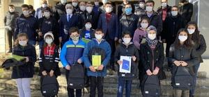 Boyraz Gürünlü gençleri yine unutmadı AK Parti İstanbul Milletvekili Osman Boyraz, memleketi Sivas'ın Gürün ilçesinde uzaktan eğitimi desteklemek için öğrencilere tablet hediye etti