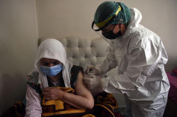 3 metre karda yürüyerek köye ulaşıp aşı yaptılar Karla kaplı köye giden mobil sağlık ekibi 86 yaşındaki Asiye Yargı'ya aşı yaptı
