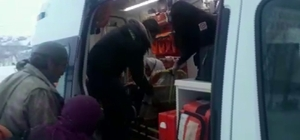 Koah hastası yaşlı kadını evine ulaştırmak için büyük çaba sarf ettiler Kar ve tipi köy yollarını kapattı, yaşlı kadın evine ambulansla götürüldü