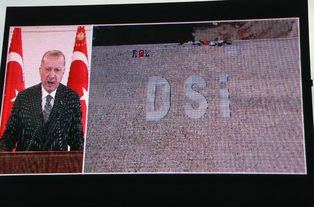 """Cumhurbaşkanı Erdoğan dev projenin açılışına video konferansla katıldı Cumhurbaşkanı Recep Tayyip Erdoğan: """"Artık dünyanın en büyük 10 ekonomisinden biri olma hedefine daha yakınız"""" """"Kuraklık tehdidinin artmasıyla birlikte mevcut kaynakları en verimli şekilde kullanma zorunluluğu doğmuştur"""" """"Eski Türkiye'nin ne anlama geldiğini en iyi Diyarbakır bilir. Bunun için ülke ve millet olarak kendi gündemimize sıkı sıkıya sahip çıkacağız. Elimizdeki imkanların sahip olduğumuz güven ve huzur ikliminin değerini bileceğiz"""" """"Yıllarca bu ülkenin enerjisini ve vaktini iç çatışmalarla, iç kavgalarla heba edenlerin yol açtıkları kayıpları da telafi ederek milletimizin önüne yepyeni bir vizyon koyduk"""""""