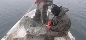 Balıkçıların eksi 15 derecede ekmek mücadelesi Suya attıkları ağları bile buz tutan balıkçılar, dondurucu soğuktaki saatlerce uğraş verdikten sonra yakalayabildikleri az miktarda balıkla evlerine dönüyorlar
