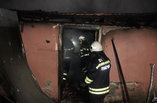 5 kişilik aile evsiz kaldı Yanan evdeki tüpler itfaiye ekipleri tarafından dışarı çıkartıldı
