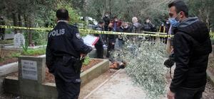 Babasının mezarı başında ölü bulundu Adana'da 26 yaşındaki genç, 15 yıl önce kaybettiği babasının mezarı başında ölü bulundu İntihar etmiş olabileceği düşünülen gencin cesedi otopsi için Adli Tıp Kurumu morguna kaldırıldı