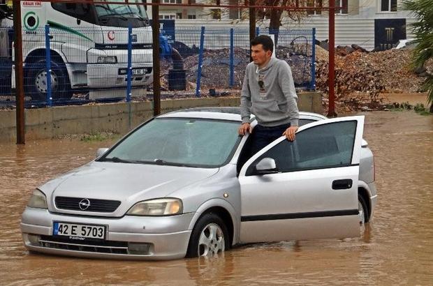 Uyarılar sonuç verdi, Antalya'da fırtına afete dönmedi Yollar göle dönerken, araçlarında mahsur kalan sürücüler kurtarıldı Ekili arazilerde su baskınları yaşandı, seraların naylon örtüleri parçalandı