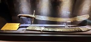 Mihalgazi'nin 700 yıllık kılıcı Harbiye Askeri Müzesi'nde sergilenmeye başladı İnhisar Kaymakamı Ali Açıkgöz ve Belediye Başkanı Mehmet Kepez, Osmanlı Devleti'ne ait en eski eser olarak kayıt altına alınan kılıcı ziyaret etti