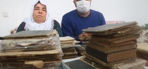 Dedelerinden miras kalan kitaplara gözleri gibi bakıyorlar Sivas'ın Altınyayla ilçesinde yaşayan Atalay ailesi, dedelerinden kendilerine miras kalan tarihi değeri yüksek kitaplara gözleri gibi bakıyor