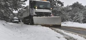 İzmir'in yüksek kesimlerde karla mücadele İzmir Büyükşehir Belediyesi ekipleri kapanan yolları trafiğe açtı