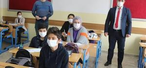 Müdür Tunçel, okullarda açılan kursları ziyaret etti