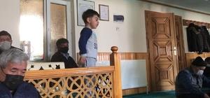 Hutbe okunurken minbere çıktı Babası ile cuma namazına giden çocuk, aklına oyun gelince hutbe okunurken minbere kadar çıktı