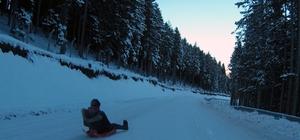 Giresun'un Kümbet Yaylasında kızakla kayak heyecanı Karayolunda seyr eden araçlara aldırmadan kızaklı kayak keyfi yaşadılar