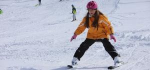 Göl manzaralı Hazar Baba Dağı'nda kayak keyfi başladı Hafta sonu kısıtlamasından sıkılanlar izin alarak kayak merkezine gelip karın tadını çıkardı