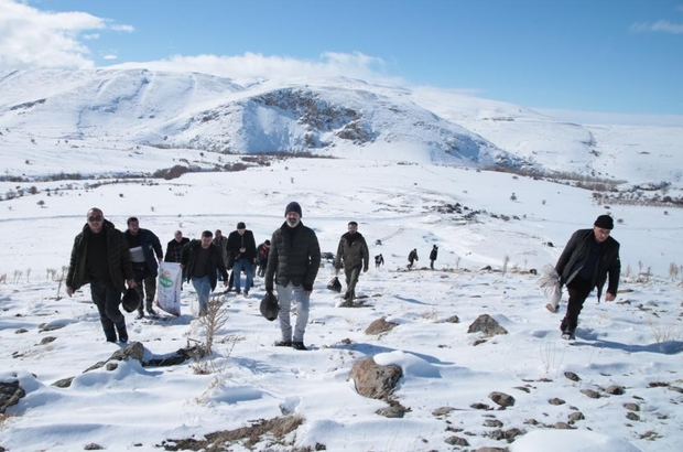 Yaban hayvanları için doğaya 10 ton yem bıraktılar DAKUD Başkanı Hasan Başaran, amaçlarının yaban hayatını kendilerinden sonraki nesillere bol çeşit ve sağlıkla ulaştırmak olduğunu söyledi.