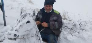 Sanatçılara taş çıkardı, kardan at büstü yaptı