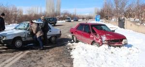 Otomobiller çarpıştı : 3 yaralı Sivas'ın Gemerek ilçesinde iki otomobilin çarpışması sonucu meydana gelen trafik kazasında 3 kişi yaralandı.